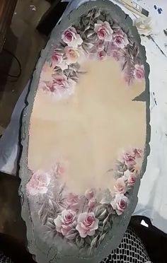 Light pink roses on scroll frame. Recycled Crafts, Diy And Crafts, Arts And Crafts, Tole Painting, Painting On Wood, Interior Design Living Room Warm, Light Pink Rose, Shabby Chic Crafts, Decoupage Art