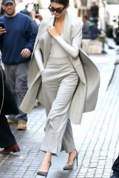 Kendall Jenner in a groutfit (Grey + Outfit) Edgy Work Outfits, Winter Outfits For Work, Neutral Outfit, Grey Outfit, Daily Fashion, Women's Fashion, Street Fashion, Trending Outfits, Winter Fashion