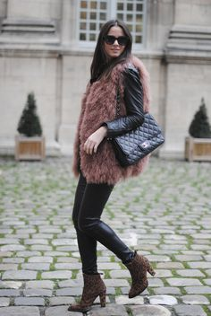 furry vest with leather jacket, leather pants and a pair of leopard boots while holding Chanel bag. Kendall Jenner, Skinny Jeans With Boots, Street Chic, Street Style, Thanksgiving Outfit, Winter Looks, Winter Style, Boutique, Gifs