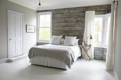 couleur de chambre - papier peint imitation bois grisâtre en harmonie avec la peinture murale et la literie gris clair