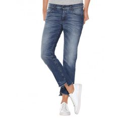 Stretch cotton carrot fit slim jeans, with zip and button closure at the front. Cropped legs, with fringe on bottom with raw cut look. Extremely worn look, with its manual workmanship that guarantees a unique look to every single piece produced, with micro rips and stone-washed treatment with reserve at back pocket. Ideal paired with a jacket, blouse and heels, for a look that plays on style contrasts.