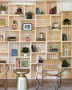 Discover thousands of images about Hacer muebles de cajas de madera/ Make furniture wooden crates … Crate Bookshelf, Bookshelf Ideas, Wood Crate Shelves, Shelving Ideas, Apple Crate Shelves, Rustic Bookshelf, Wooden Crate Room Divider, Wooden Crates For Storage, Homemade Bookshelves