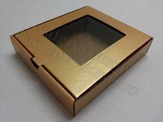 Pudełko ozdobne z okienkiem. Sztywne i mocne pudełka wykonane z tektury kaszerowanej złotą okleiną. Opakowania wysyłamy w formie płaskiej. Dobra jakość, przystępna cena.