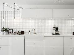 Iets minder keuken, iets meer kastenwand met koffiezetapparaat en koelkast erin.