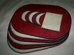 Set de Individuales + Posavasos, Rojo-Marfil. Leather, Satchel Handbags, Purses, Chair Cushions, Craft Flowers, Place Mats, Coasters, Ivory, Driveways