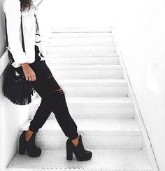 Black and White, preto e branco, fashion , outfit, style, moda, look , boots, botas, bag, ripped pants, ripped , ripped sweat pants, calça rasgada, calça de moletom rasgada