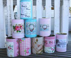 Hvem bruker vel ikke et visst antall hermetikkbokser i løpet av et år? Eller syltetøyglass? Ikke kast tomgodset! Boksene kan fint brukes til å lage en personlig gave som du lett kan lage selv. Craft Items, Decoupage, Diy And Crafts, Shabby, Letter, Tin Cans, Canning, Party, Diy Ideas