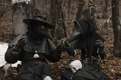 A bit of humor! What would the love story of the plague doctors look like? In the role… Doctor Halloween, Halloween Costumes, Plauge Doctor, Scp 049, Doctor Costume, Larp Armor, Goth Look, Black Death, Danse Macabre