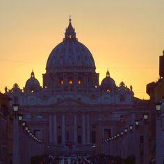Cambiando de estado: Estado de la Ciudad del #Vaticano es un país soberano sin salida al mar  #Roma #rome #archilovers #architecture  #sunset