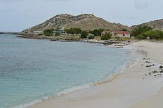 La belleza inmaculada de La Orchila, una joya del Caribe venezolano  El azul salta a la vista al llegar a la Isla La Orchila. En todas sus tonalidades se mezcla con la blanca arena dando la impresión de llegar a un paisaje paradisíaco y virginal. El sonido de las olas solo es opacado por las gaviotas que merodean la costa.          11071000_972790382733415_8079165117596354320_o.jpg (998×666)