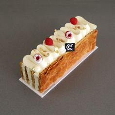 Vanilla mille-mille-feuille, Desserts, How to make a Milhojas (mille-feuille) vanilla. With homemade puff pastry. Lemon Recipes, Sweet Recipes, Baking Recipes, Cake Recipes, Modern Cakes, Raw Cake, Beautiful Desserts, Fancy Cakes, Food Cakes