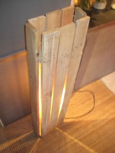 Pallet light idea hide bulbs under couch etc Driftwood Projects, Pallet Projects, Woodworking Projects, Pallet Crates, Wooden Pallets, Pallet Wood, Pallet Light, Deco Luminaire, Palette Diy