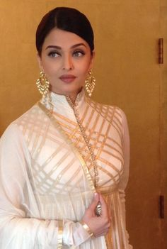 Bollywood actress Aishwarya Rai along with her father-in-law and Bollywood megastar Amitabh Bachchan is currently in Chennai to inaugurate a new store of jewellery brand Kalyan Jewellers. Pakistani Dresses, Indian Dresses, Indian Outfits, White Anarkali, White Saree, Actress Aishwarya Rai, Aishwarya Rai Bachchan, Designer Punjabi Suits, Indian Designer Outfits