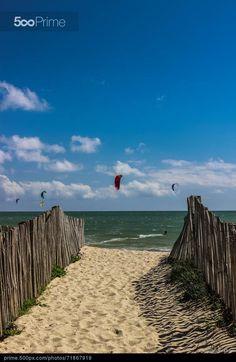 Accès à la plage de Landrezac sur la presqu'île de Rhuys. Un spot apprécié des amateurs de sports de glisse. Morbihan, Bretagne.