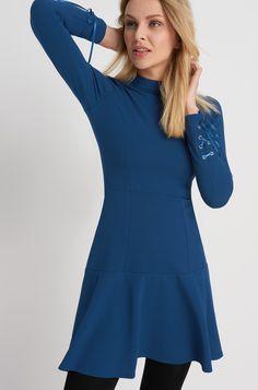 Sukienka ze sznurowanymi rękawami