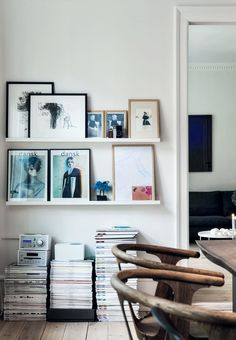 A few gallery shelves from Ikea provides exhibition space for photos, cool covers, drawings and figures in the dining room.