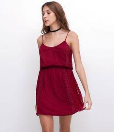 Vestido feminino sem mangas gola redonda com renda guipir e elástico na cintura