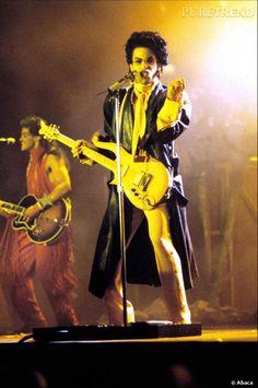 En 1987 sort  Sign'O Times , pour l'occasion, manteau en cuir et lavallière sont de mise.