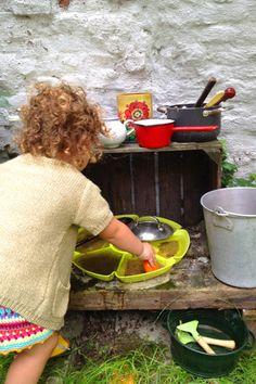 Mud pie kitchen: met de simpelste materialen een heerlijke buiten speelkeuken maken.