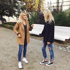 Spacer z przyjaciółką to najlepszy sposób na poprawę humoru w chłodne jesienne dni  Pamiętajcie tylko, aby się ciepło ubrać☝️ Najlepiej w nasze wełniane płaszcze  #mlestyle #mlecollection #coat #walkwithfriend #autumnlook #ootd #outfit #simplelook