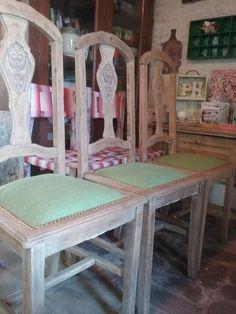 Tapizado de sillas con tachas. Lijado de madera.  Sillas antiguas recicladas