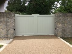 The Cotswold gate made as a single leaf sliding gate but designed as to look like a symmetrical doub… – secret in secret Sliding Wooden Gates, Electric Sliding Gates, Timber Gates, Driveway Entrance, Entrance Gates, Wooden Driveway Gates, House Front Gate, Front Gates, Stone Driveway