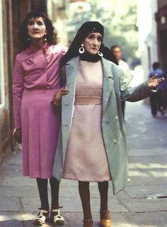 Coralia y Maruxa Fandiño,  Las Marías , paseando por Santiago en una imagen atribuída a Xoxé Guitián.
