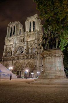 Notre Dame Paris http://ekladata.com/cenicienta.eklablog.com/perso/histoire%20des%20arts/trace%20ecrite%202012/moyen%20age/te%20-%20notre%20dame%20de%20paris2.pdf