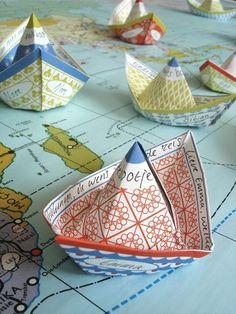 Wensbootjes: Deze bootjes varen met je mee naar elke bestemming. Als verjaardags-schip, huwelijksbootje, geboortebootje, nieuwe-baan-boot en traktatieschuitje. Vóór het vouwen geef je je scheepje zijn eigen naam en een persoonlijke wens langs de railing.