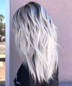 Ce printemps, on adore le blond platine. 35 nuances de blond polaire qui vous ferons craquer ! #blond #platine #polaire #clair #balayage #decoloration #blonde #beauté #cheveux #coiffures #inspiration #aufeminin