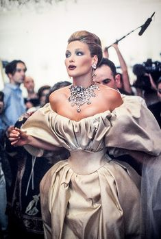 Carla Bruni in the backstage of Christian Lacroix couture in 1995 Grunge Fashion, 90s Fashion, Runway Fashion, High Fashion, Vintage Fashion, Fashion Outfits, Fashion Trends, Vintage Dior, 90s Grunge