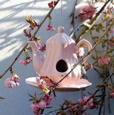 Vogelhaus aus einer Teekanne selber machen