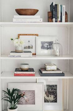 Step Inside A Dreamy Sausalito, California, Home - Bookshelf Decor - Smokey Eye Make Up - Golden Necklace - DIY Hairstyles Long - DIY Interior Design Bookshelf Organization, Bookshelf Ideas, Book Shelves, Bedroom Shelves, Glass Shelves, Decorating A Bookshelf, Organize Bookshelf, Decorate Bookshelves, Floating Shelves