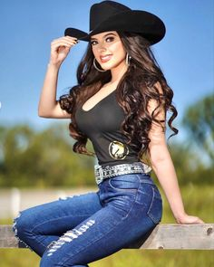 Hot Country Girls, Country Women, Sexy Cowgirl Outfits, Foto Cowgirl, Farm Clothes, Superenge Jeans, Gorgeous Women, Beautiful, Western Girl