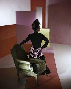 Costume et coiffe par Schiaparelli, 1947, Conde Nast, Horst Estate http://www.vogue.fr/culture/a-voir/diaporama/horst-p-horst-exposition-photos-au-victoria-and-albert-museum-de-londres/20072/image/1044087#!costume-et-coiffe-par-schiaparelli-1947-conde-nast-horst-estate