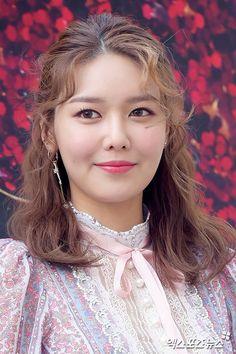 snsd Sooyoung uploaded by Mrdjay Jojoe on We Heart It South Korean Girls, Korean Girl Groups, Sooyoung Snsd, Picture Logo, Korean Artist, Girls Generation, Korean Singer, Kpop Girls, Beauty Makeup