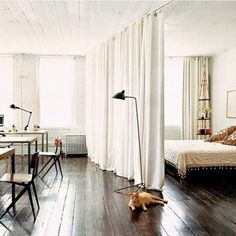 http://www.arquitrecos.com/2014/08/cortinas-dividindo-ambientes.html