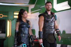 Chris Hemsworth just gave us our first look at the Men In Black spinoff starring Marvel actor and his Thor: Ragnarok co-star Tessa Thompson. Men In Black, Tessa Thompson, Karl Urban, Loki Laufeyson, Costume Valkyrie, Thor Ragnarok Full Movie, Thor Ragnarok Costume, Thor Costume, Thor Cosplay