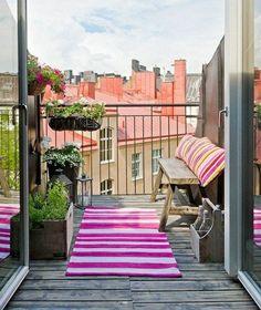design du balcon en bois brut et rayure rose-blanc