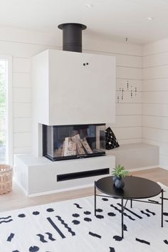 MEILLÄ KOTONA SUOSITTELEE Kohde 19. White Fireplace, Modern Fireplace, Fireplace Design, Home Renovation, Home Remodeling, Luxury Interior, Interior Design, Living Room Inspiration, Log Homes