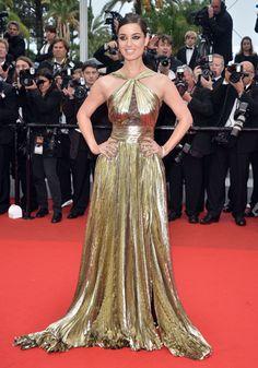 Avant de créer l'événement le 26 octobre dans Skyfall, de Sam Mendes, la nouvelle James Bond girl Bérénice Marlohe (en robe Emilio Pucci) fait ses premiers pas à Cannes.