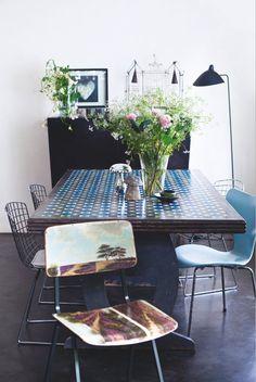"""Le principal meuble de la pièce à vivre est une table créée par Ricardo : elle est en """"scagliola"""", une technique traditionnelle du XVIe siècle qui imite la marqueterie de marbre : les couleurs sont passées une par une puis enduites de cire d'abeilles. Son pied n'est pas peint mais recouvert de """"marmorino"""", comme le bahut et le sol. Chaise peinte comme un tableau (Leslie Oschmann), cage (Vox Populi), lampadaire (Serge Mouille), photo de A. Labretenière."""