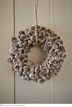 Use natural materials to make one of these 8 models of Christmas wreaths. Use natural materials to make one of these 8 models of Christmas wreaths. Christmas Advent Wreath, Rustic Christmas, Christmas Crafts, Christmas Decorations, Acorn Crafts, Pine Cone Crafts, Acorn Wreath, Diy Wreath, Fall Wreaths