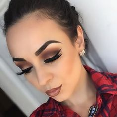 Smokey eye + neutral lip.