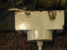 Gietijzeren stortbak in het toilet en als er dan 'iets niet klopte' in de stortbak, dan kreeg je door een uitstekend pijpje bovenaan de stortbak, een straaltje water op je hoofd als je op het toilet zat.....Nare herinnering....