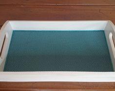 Bandeja decorativa retangular pequena de MDF, revestida em tecido 100% algodão estampa de poás, impermeabilizado, acabamento em verniz fosc Altura: 5.00 cm Largura: 17.50 cm Comprimento: 30.00 cm