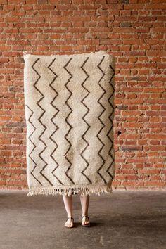 Unikátní, ručně tkaný koberec ze 100% přírodní nebarvené vlny berberskými rodinami ze středu pohoří Atlas.