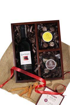 Es difícil encontrar regalos que sirvan tanto para hombre como para mujer. Regalos que encierren una recepción adecuada y que causen el impacto en cualquier edad. Este regalo, un clásico de La Confitería, una mezcla de vino y trufas, en un empaque de madera con acabado mate, moño y presentación impecable. Lo consigues sólo en La Confitería, tu tienda de regalos personales y empresariales en Colombia. Vino Y Chocolate, Meraki, Little Boxes, Cake Pops, Ideas Para, Wine Rack, Ale, Sweets, The Originals