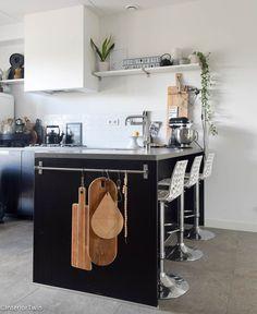 Ontbijtbar / keukeneiland in een stoere zwarte keuken