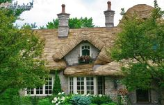Thatched Roof Cottage Design, Pictures, Remodel, Decor and Ideas - page 17 Storybook Homes, Storybook Cottage, Cute Cottage, Cottage Style, Cottage Design, Cottage Living, Cottage Homes, Bungalow Homes, Roof Edge